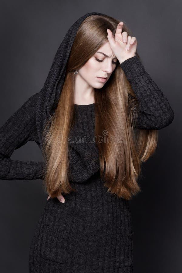 Ritratto drammatico di giovane donna attraente con capelli biondi scuri lunghi e splendidi immagini stock