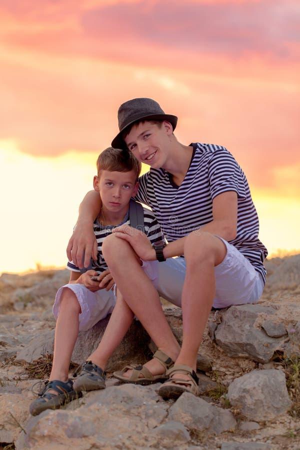 Ritratto due dei fratelli allegri e felici, all'aperto immagine stock libera da diritti
