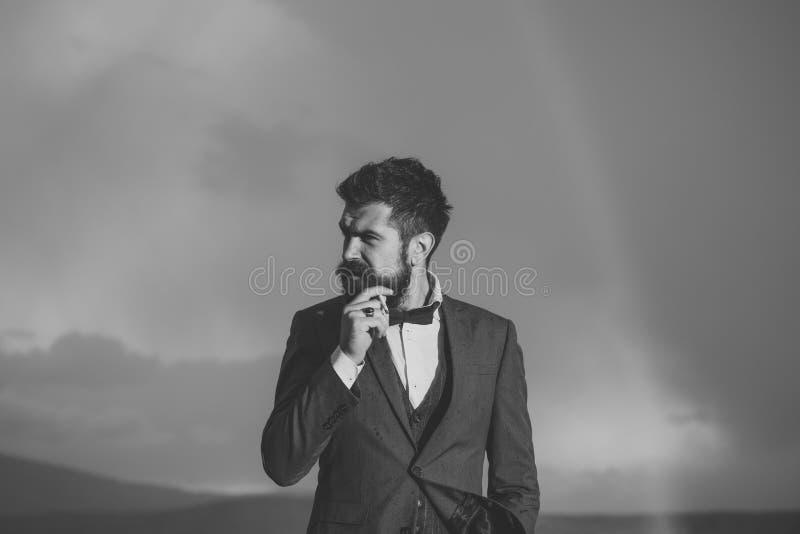 Ritratto elegante di un uomo Il tipo con il fronte rigoroso in vestito si sente libero e riuscito immagini stock