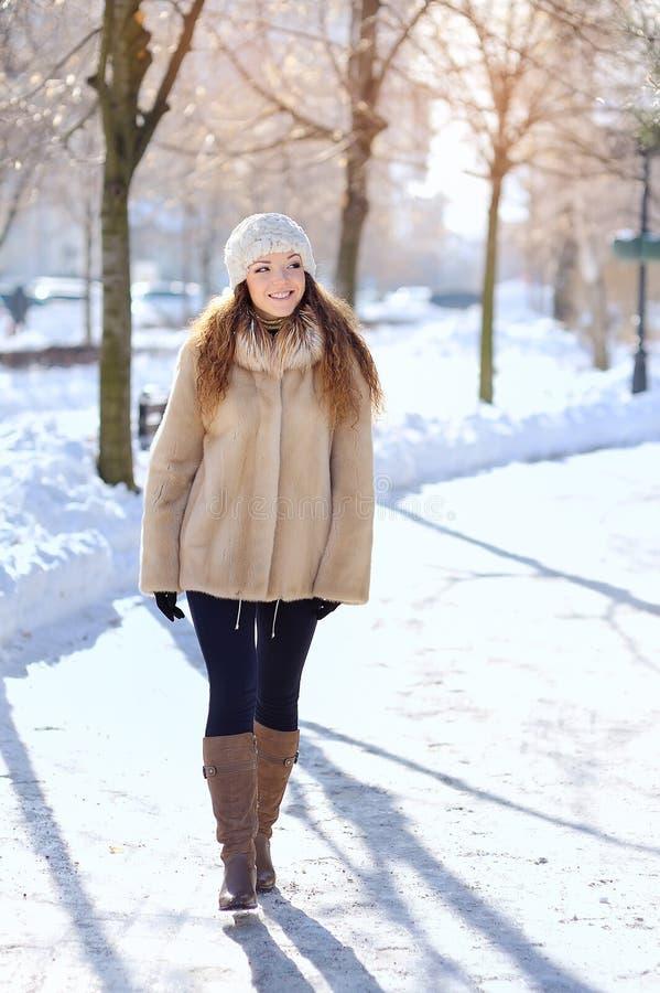 Ritratto emotivo di un modello alla moda in camice e berretto fotografia stock