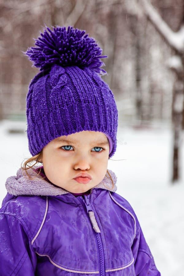 Ritratto emozionale della bambina arrabbiata, primo piano fotografia stock libera da diritti