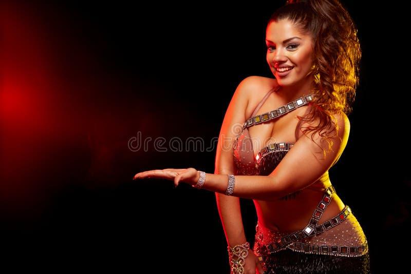 Ritratto emozionale di bella donna, ballerino tradizionale di ballydance Ballo etnico Danza del ventre Dancing tribale Ragazza fotografia stock libera da diritti