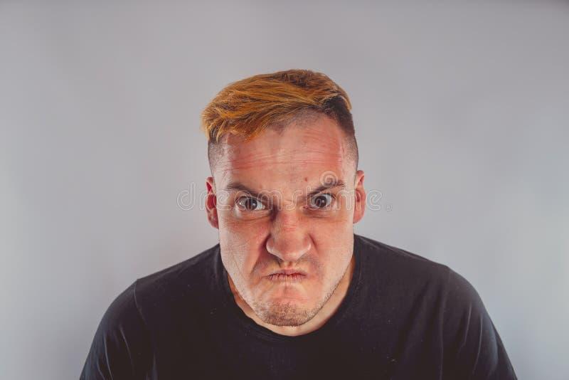Ritratto emozionale di un tipo pazzo in primo piano fotografia stock