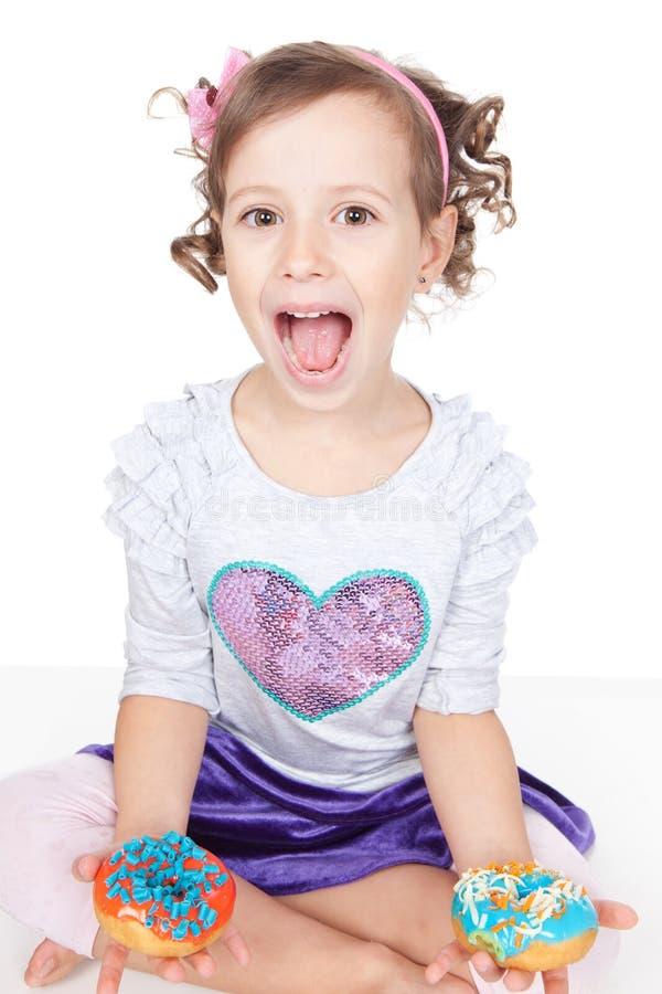 Ritratto emozionalmente della bambina con le guarnizioni di gomma piuma fotografie stock libere da diritti