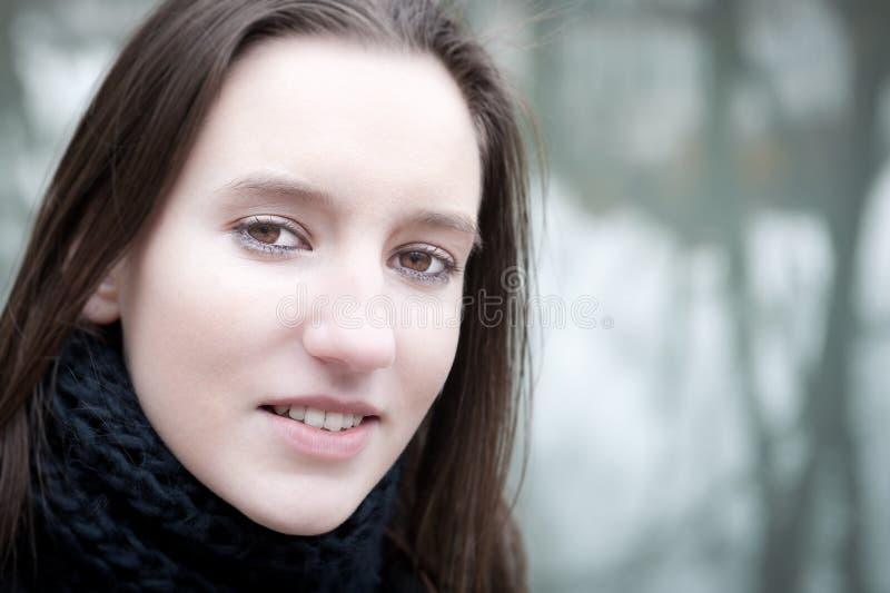 Ritratto esterno del primo piano di donna abbastanza giovane fotografia stock libera da diritti