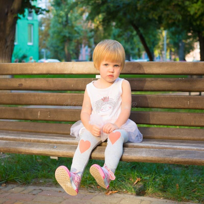 Ritratto esterno della bambina sveglia immagini stock libere da diritti