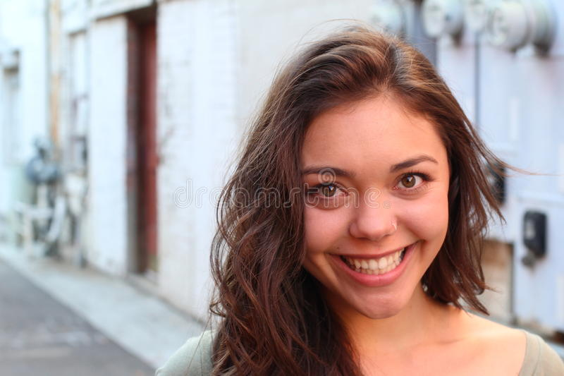 Ritratto esterno della bella giovane donna multiculturale immagini stock