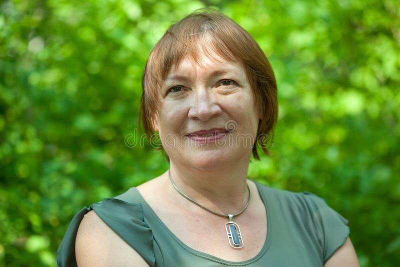 Ritratto esterno della donna matura fotografie stock libere da diritti