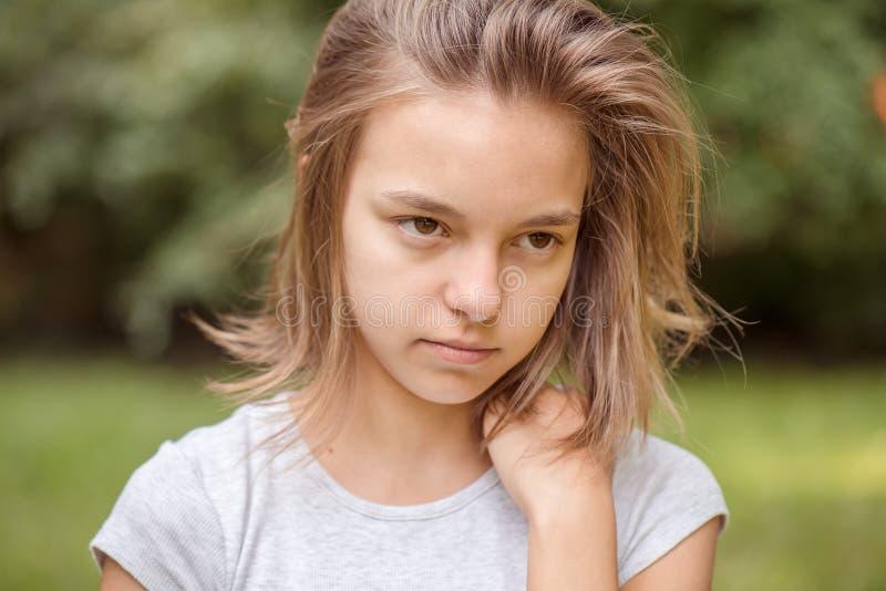 Ritratto esterno della ragazza immagini stock libere da diritti
