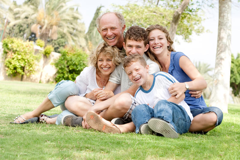 Ritratto esteso del gruppo della famiglia fotografie stock libere da diritti