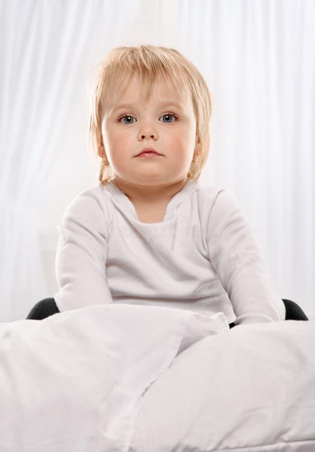 Ritratto felice del bambino del bambino a letto fotografia stock