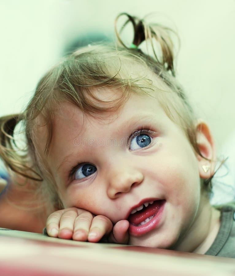 Ritratto felice della neonata fotografia stock