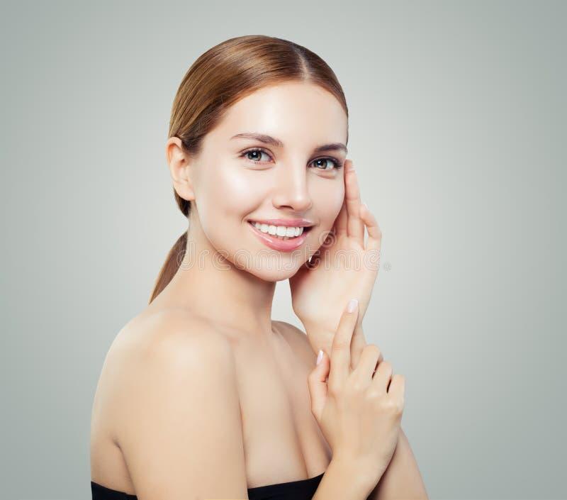 Ritratto felice della ragazza Fronte della giovane donna con chiara pelle e sorridere naturale di trucco fotografia stock
