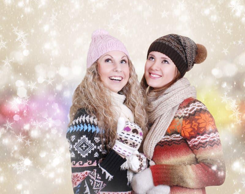 Ritratto felice di inverno dei girfriends fotografie stock