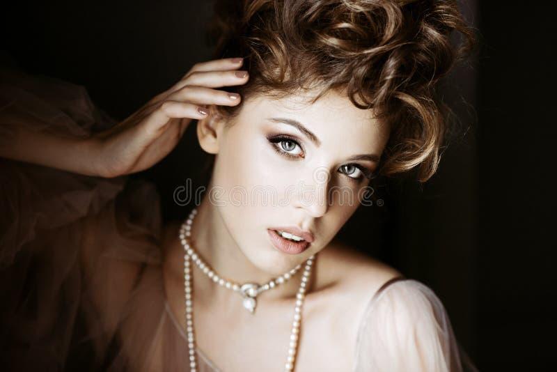 Ritratto femminile alla moda di signora elegante con gioielli all'interno fotografia stock libera da diritti