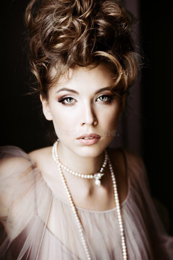 Ritratto femminile alla moda di signora elegante con gioielli all'interno fotografia stock