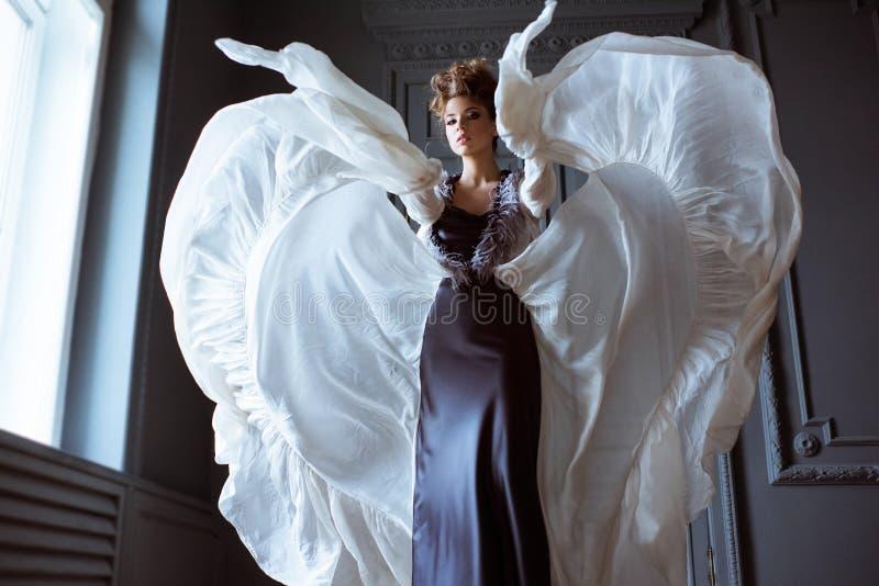 Ritratto femminile alla moda di signora sveglia in vestito all'interno immagini stock