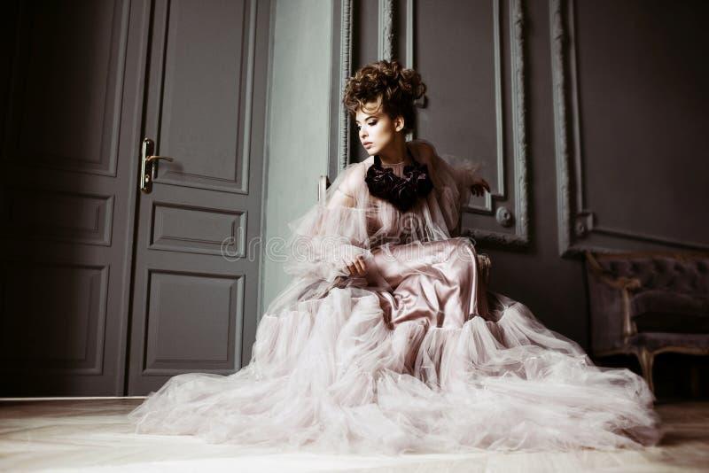 Ritratto femminile alla moda di signora sveglia in vestito rosa all'interno immagine stock libera da diritti