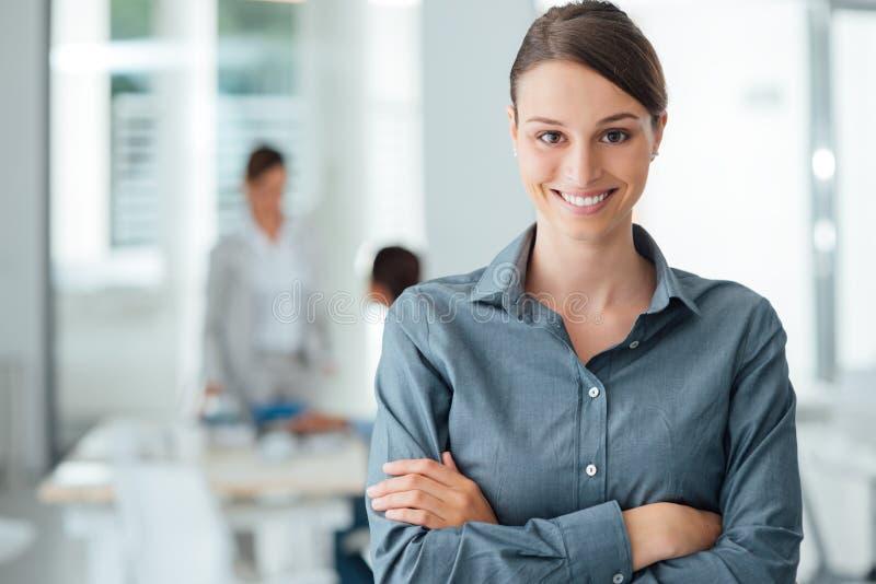 Ritratto femminile sorridente dell'impiegato di concetto fotografie stock libere da diritti