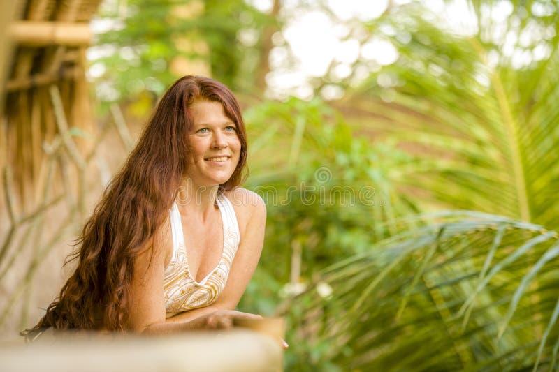 Ritratto fresco e naturale di stile di vita di giovane bella e donna rossa felice dei capelli che sorride estate godente allegra  fotografia stock libera da diritti