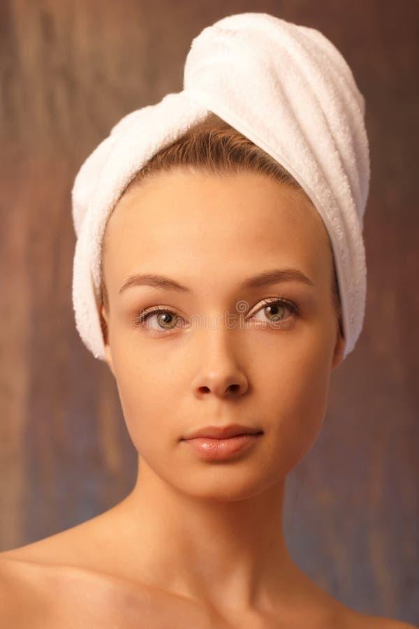Ritratto fronte della ragazza con un tovagliolo immagini stock libere da diritti