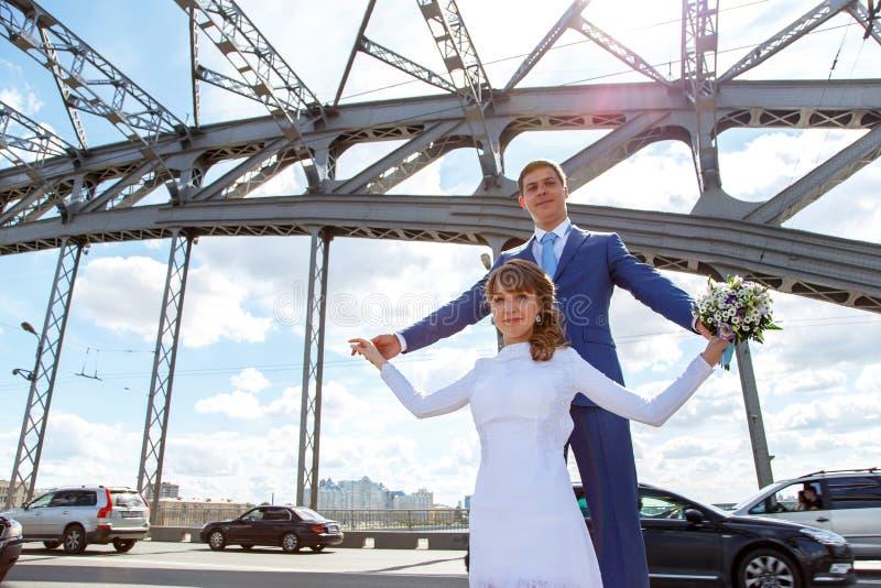 Ritratto futuristico della sposa e dello sposo sul ponte fotografie stock libere da diritti