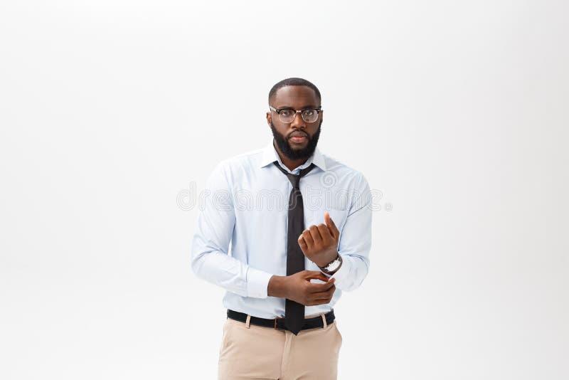 Ritratto giovane dell'uomo afroamericano arrabbiato o infastidito in camicia di polo bianca che esamina la macchina fotografica c fotografie stock