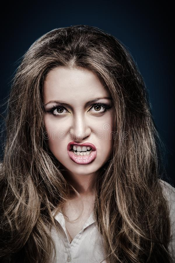 Ritratto, giovane donna arrabbiata Negativo volto umano immagine stock