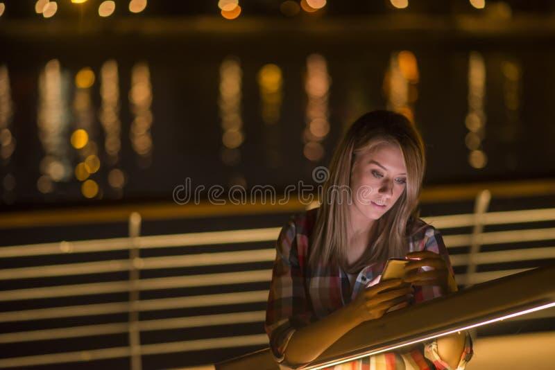 Ritratto giovane, donna colpita del primo piano di affari, esaminante telefono cellulare si veda cattivo messaggio di testo fotografia stock