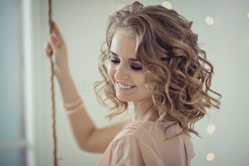 Ritratto grazioso della donna nell'interno leggero immagini stock