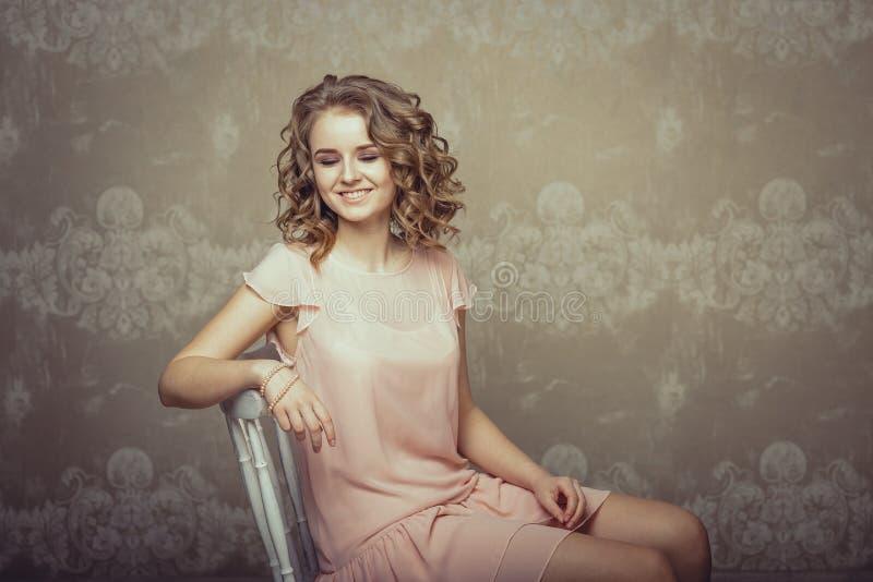 Ritratto grazioso della donna nell'interno leggero immagini stock libere da diritti