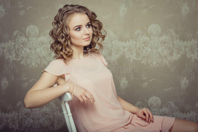 Ritratto grazioso della donna nell'interno leggero fotografie stock