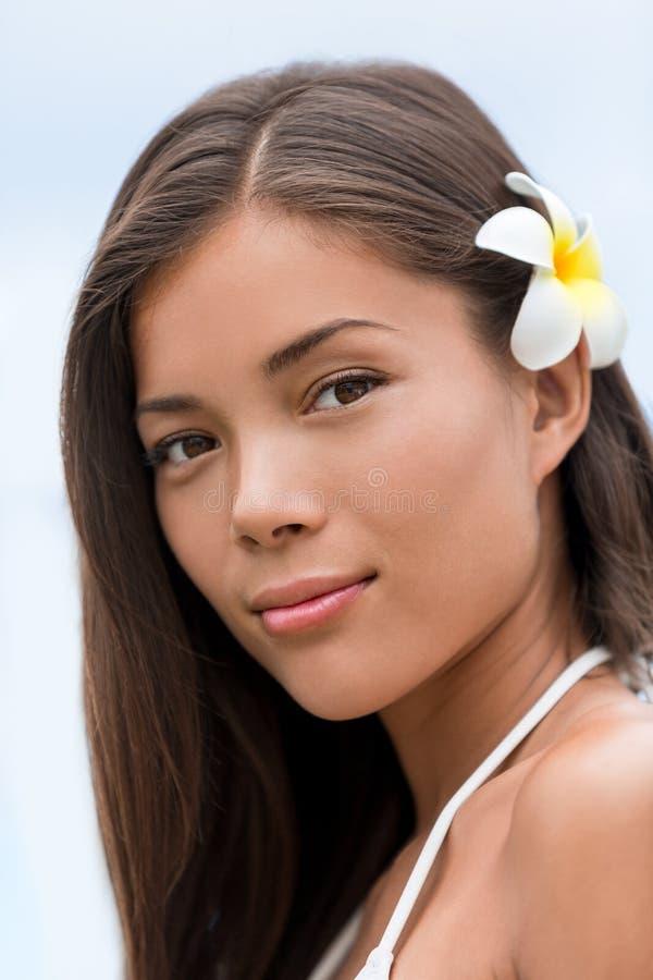 Ritratto hawaiano del fiore della giovane donna asiatica di bellezza immagini stock