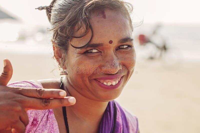 Ritratto indiano del venditore dei gioielli della donna alla stazione balneare di Kudli nella città di Gokarna fotografie stock libere da diritti
