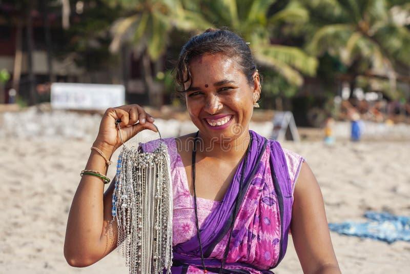 Ritratto indiano del venditore dei gioielli della donna alla stazione balneare di Kudli nella citt? di Gokarna fotografia stock libera da diritti