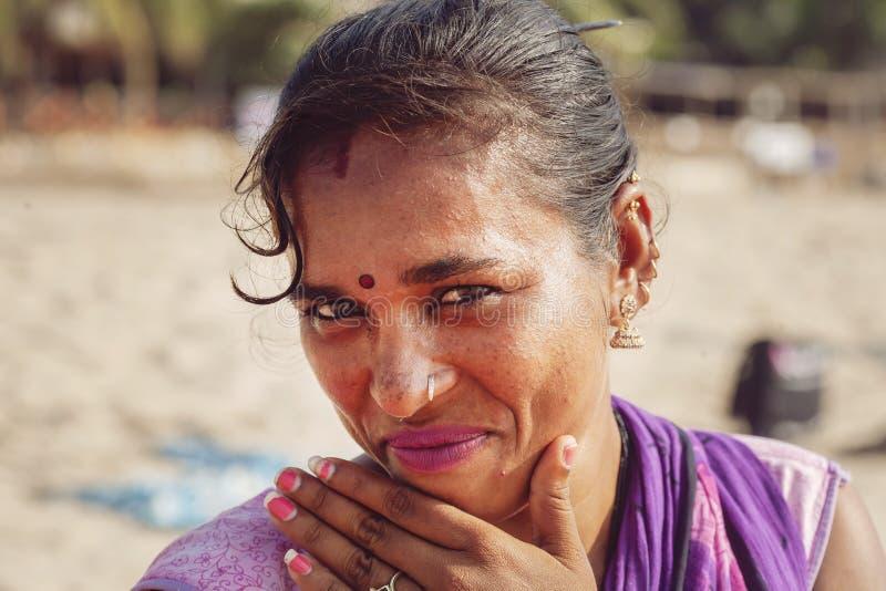 Ritratto indiano del venditore dei gioielli della donna alla stazione balneare di Kudli nella citt? di Gokarna immagine stock libera da diritti