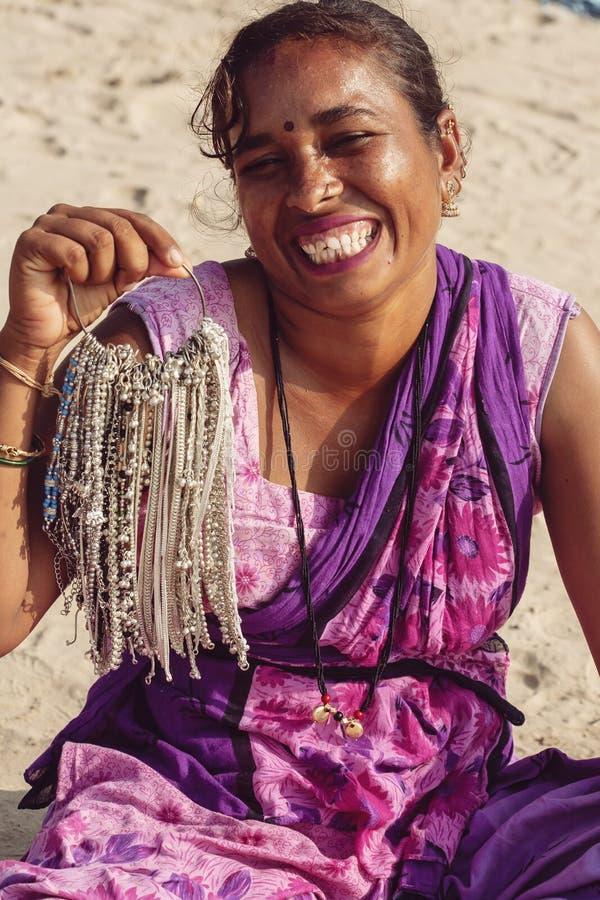 Ritratto indiano del venditore dei gioielli della donna alla stazione balneare di Kudli nella citt? di Gokarna fotografie stock
