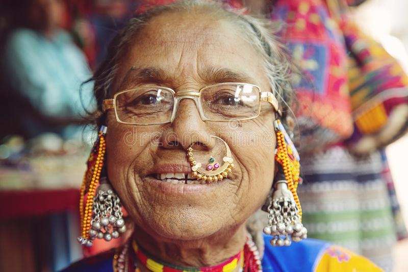 Ritratto indiano della donna con gioielli tradizionali fotografie stock libere da diritti