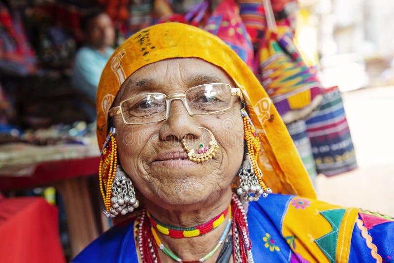 Ritratto indiano della donna con gioielli tradizionali fotografia stock libera da diritti