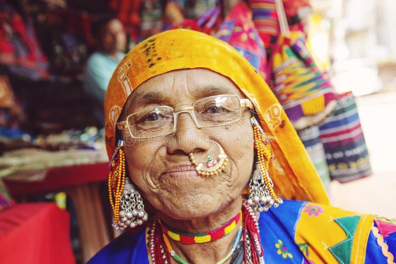 Ritratto indiano della donna con gioielli tradizionali fotografie stock