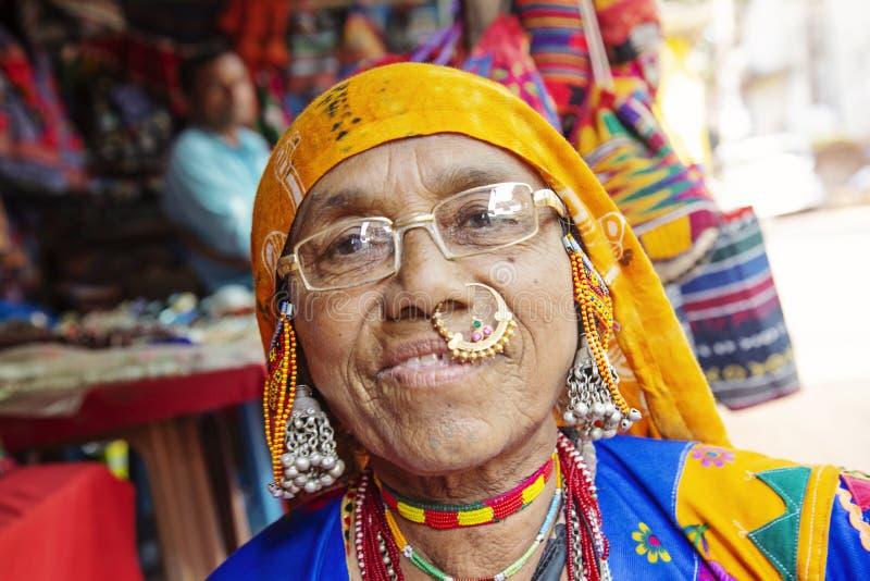 Ritratto indiano della donna con gioielli tradizionali immagini stock