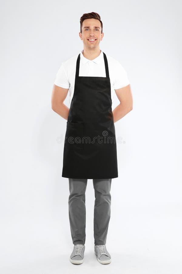 Ritratto integrale del cameriere bello in grembiule immagini stock