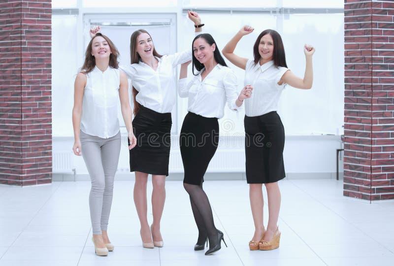 Ritratto integrale del gruppo trionfante di affari teamwork fotografie stock