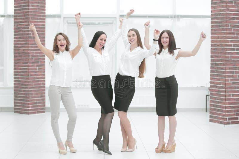 Ritratto integrale del gruppo trionfante di affari teamwork immagine stock
