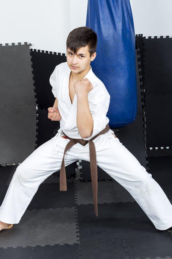 Ritratto integrale dell'adolescente in ashihara di addestramento del kimono fotografia stock