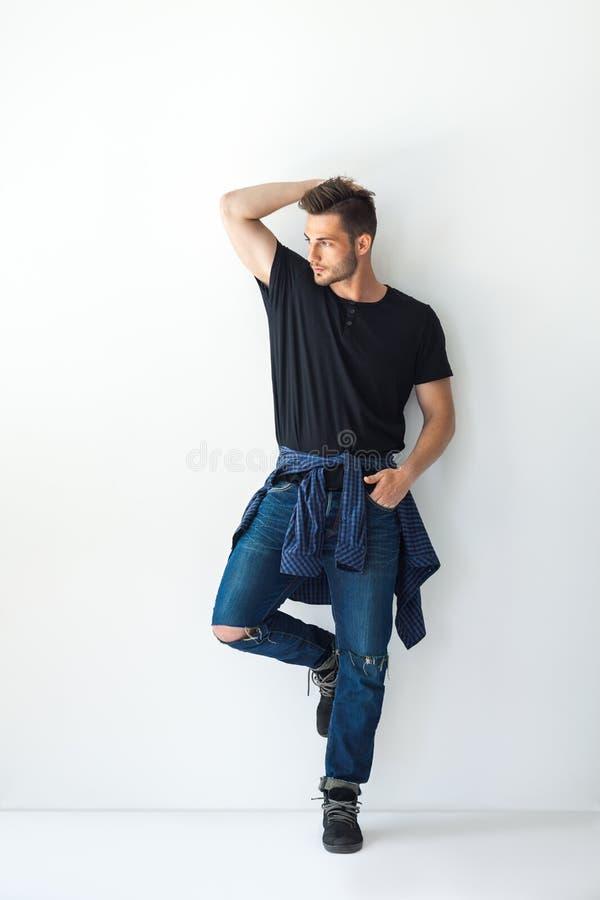 Ritratto integrale dell'uomo alla moda bello che pende al wa bianco fotografie stock libere da diritti