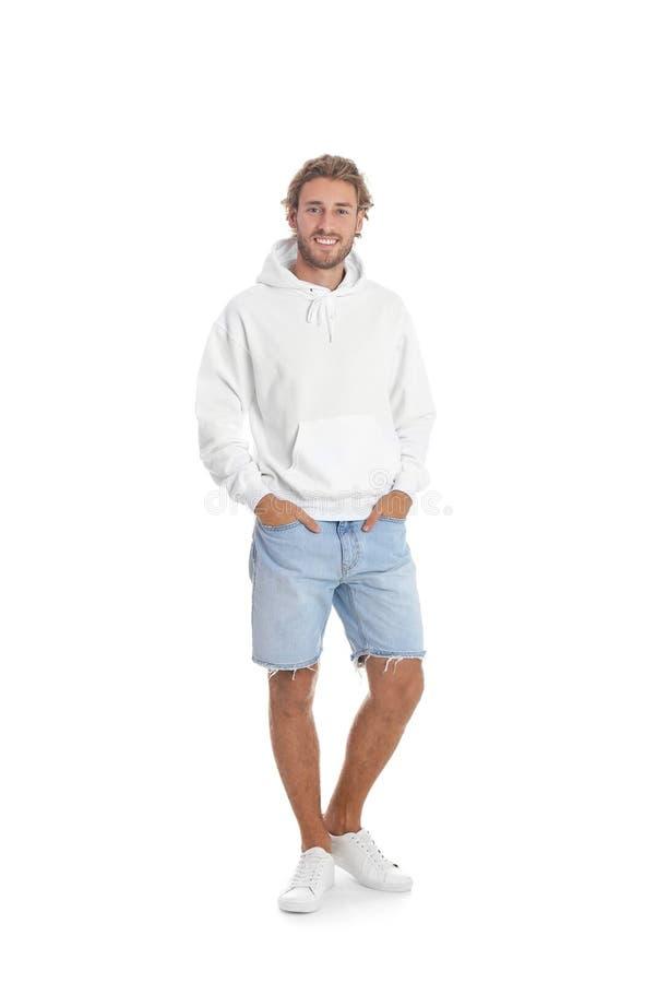 Ritratto integrale dell'uomo in maglione di maglia con cappuccio su fondo bianco immagini stock
