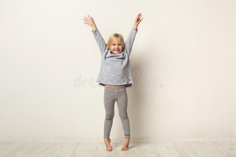 Ritratto integrale della bambina felice sveglia fotografia stock libera da diritti