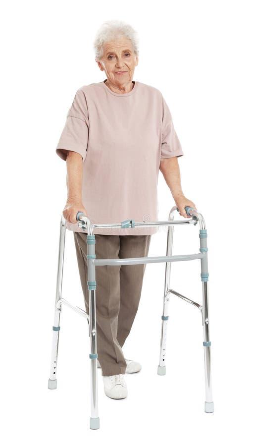 Ritratto integrale della donna anziana che usando struttura di camminata immagine stock libera da diritti