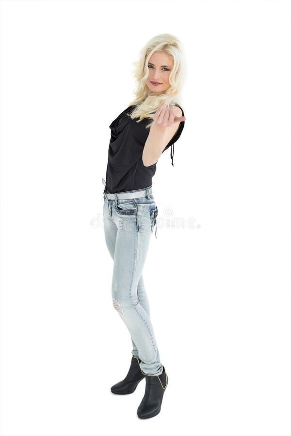 Ritratto integrale della donna casuale con capelli biondi immagini stock